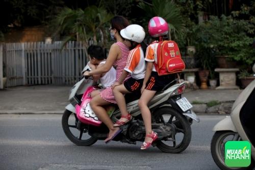 Lưu ý khi chở trẻ nhỏ bằng xe máy