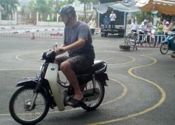 Đi xe máy không dễ